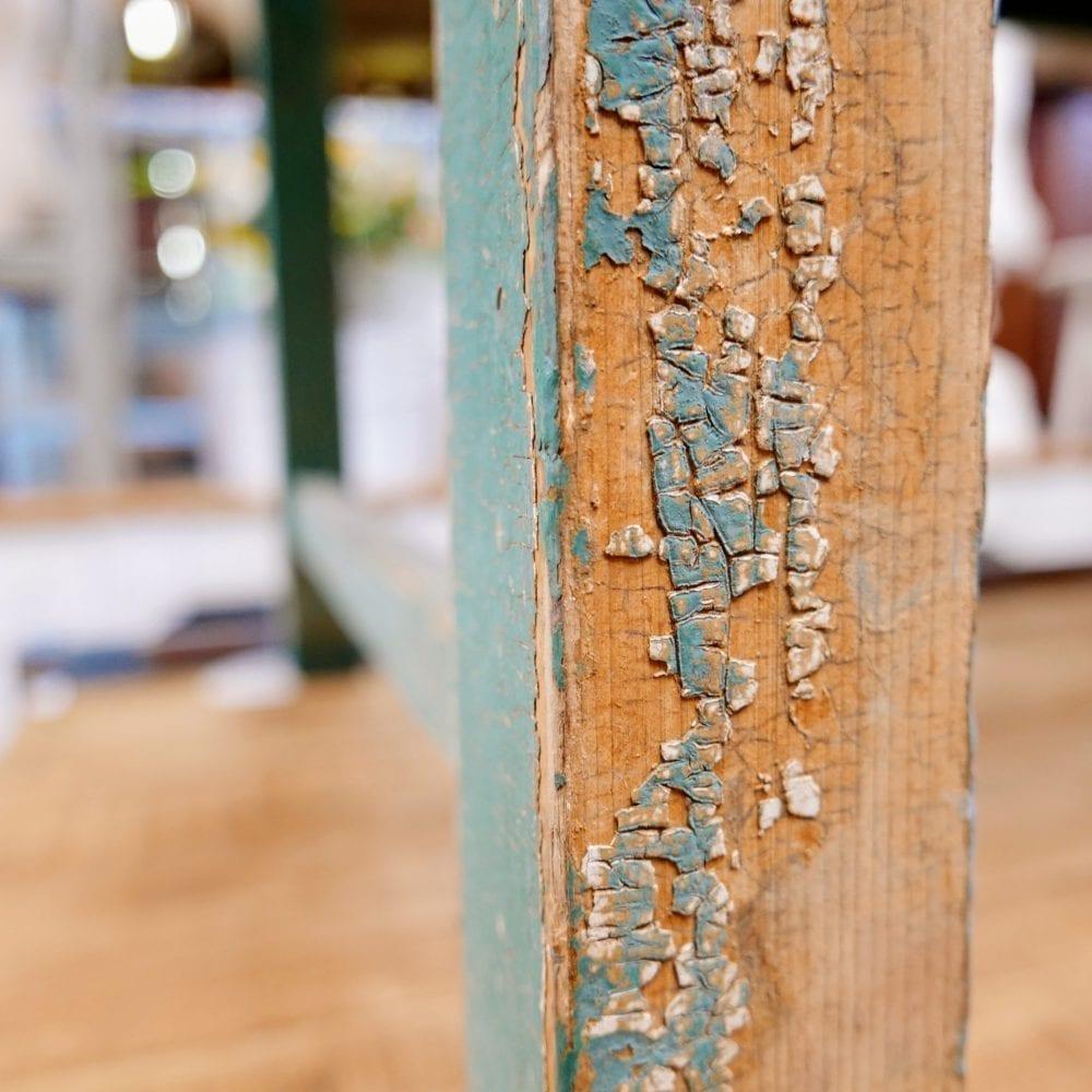 Houten groen-blauwe eettafel