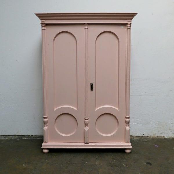 Roze houten linnenkast
