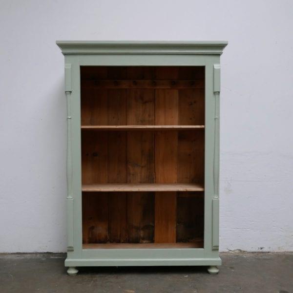 Open houten blauwe linnenkast