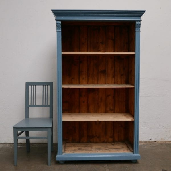 Open houten blauwe kast