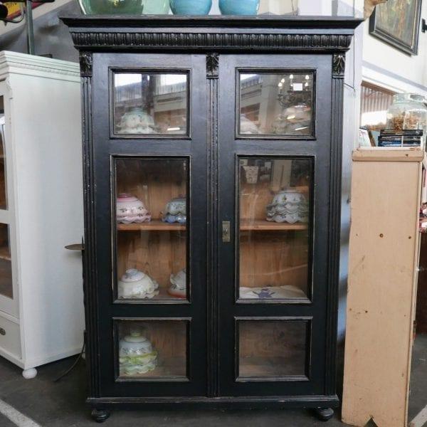 Zwarte houten vitrinekast