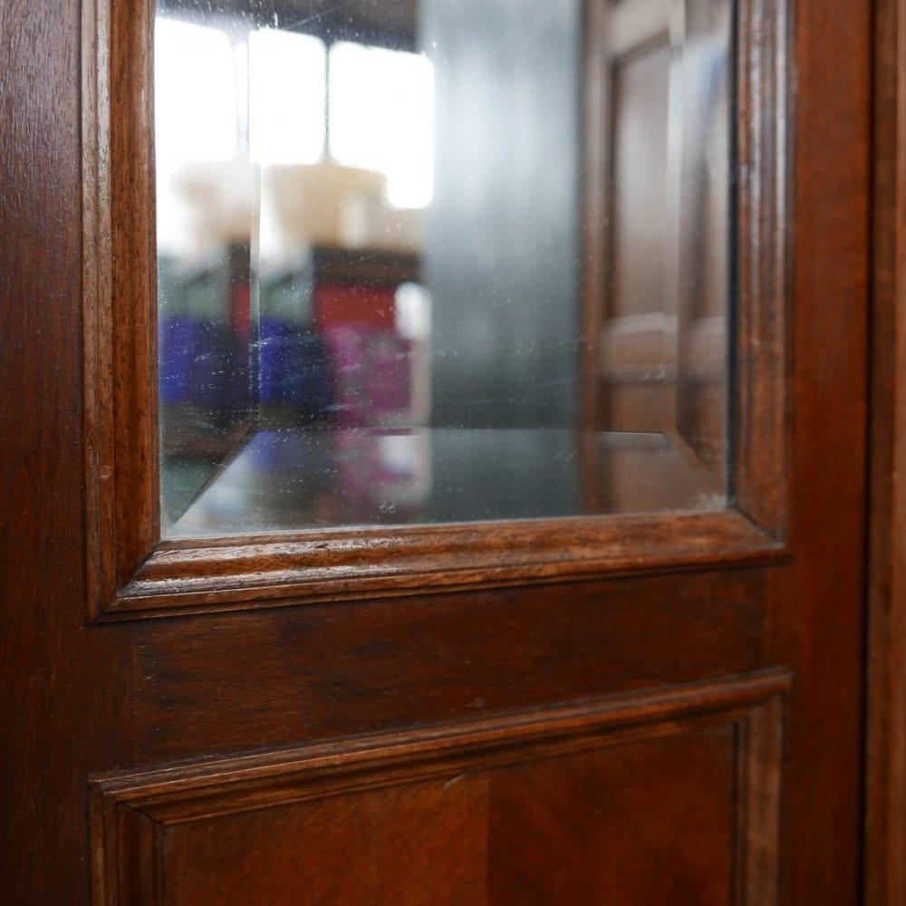 Antieke bruine spiegelkast