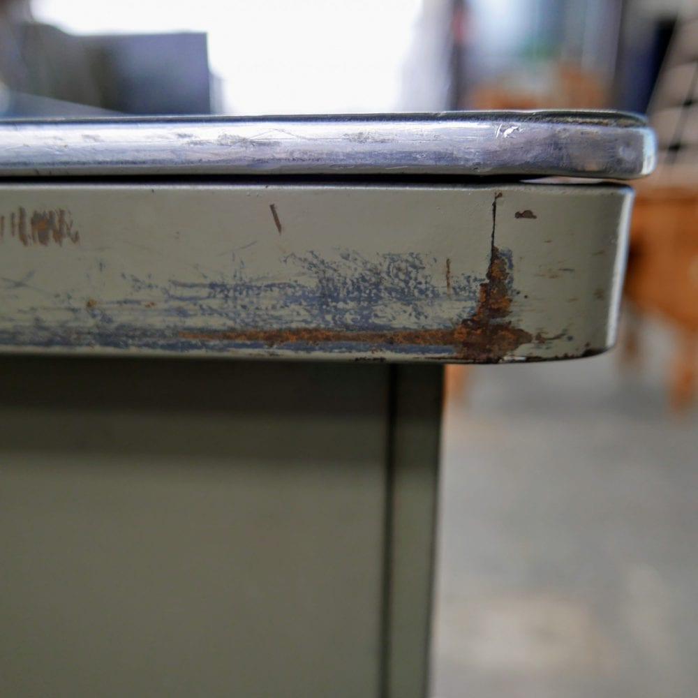 Metalen bureau