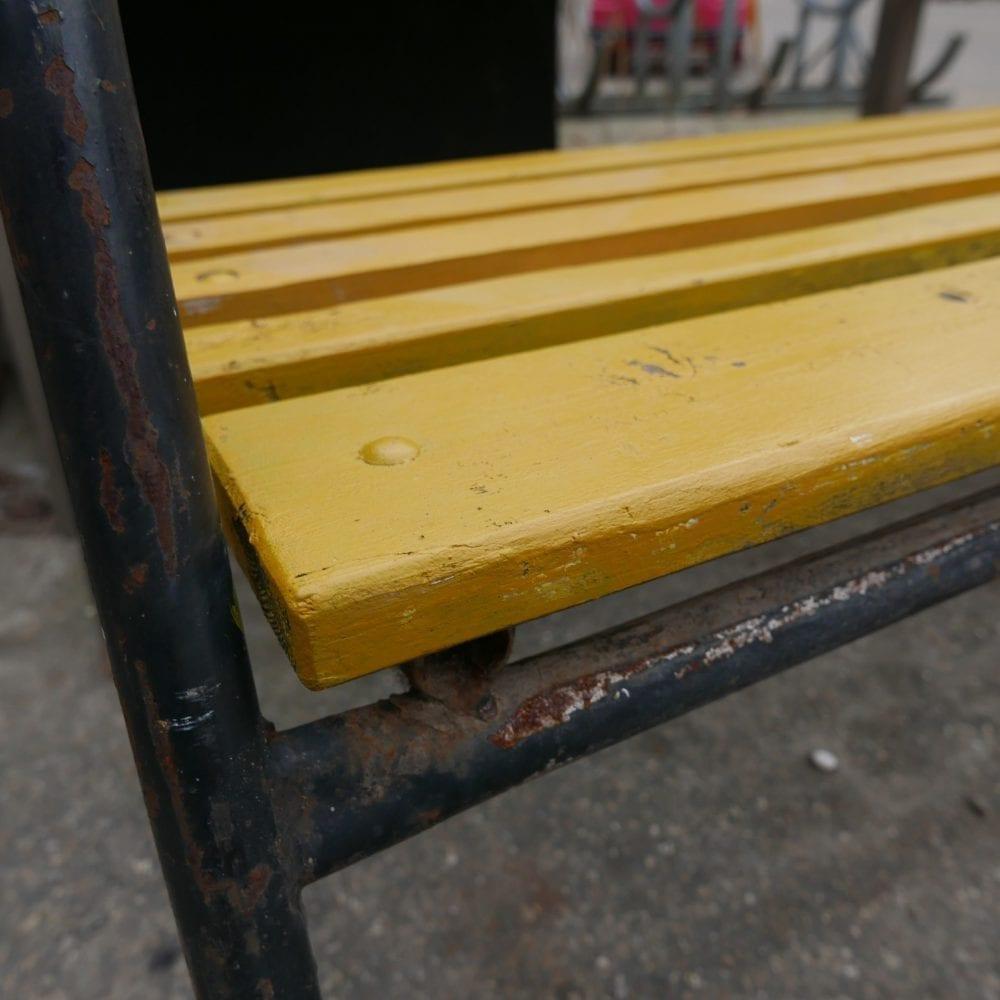 Gele tuinbank