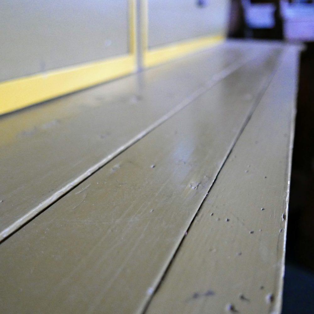Groen-gele houten winkelkast