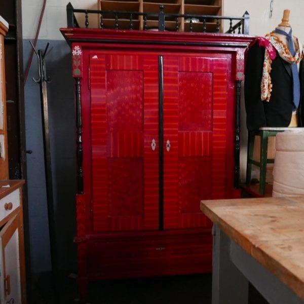 Houten rode Hongaarse linnenkast