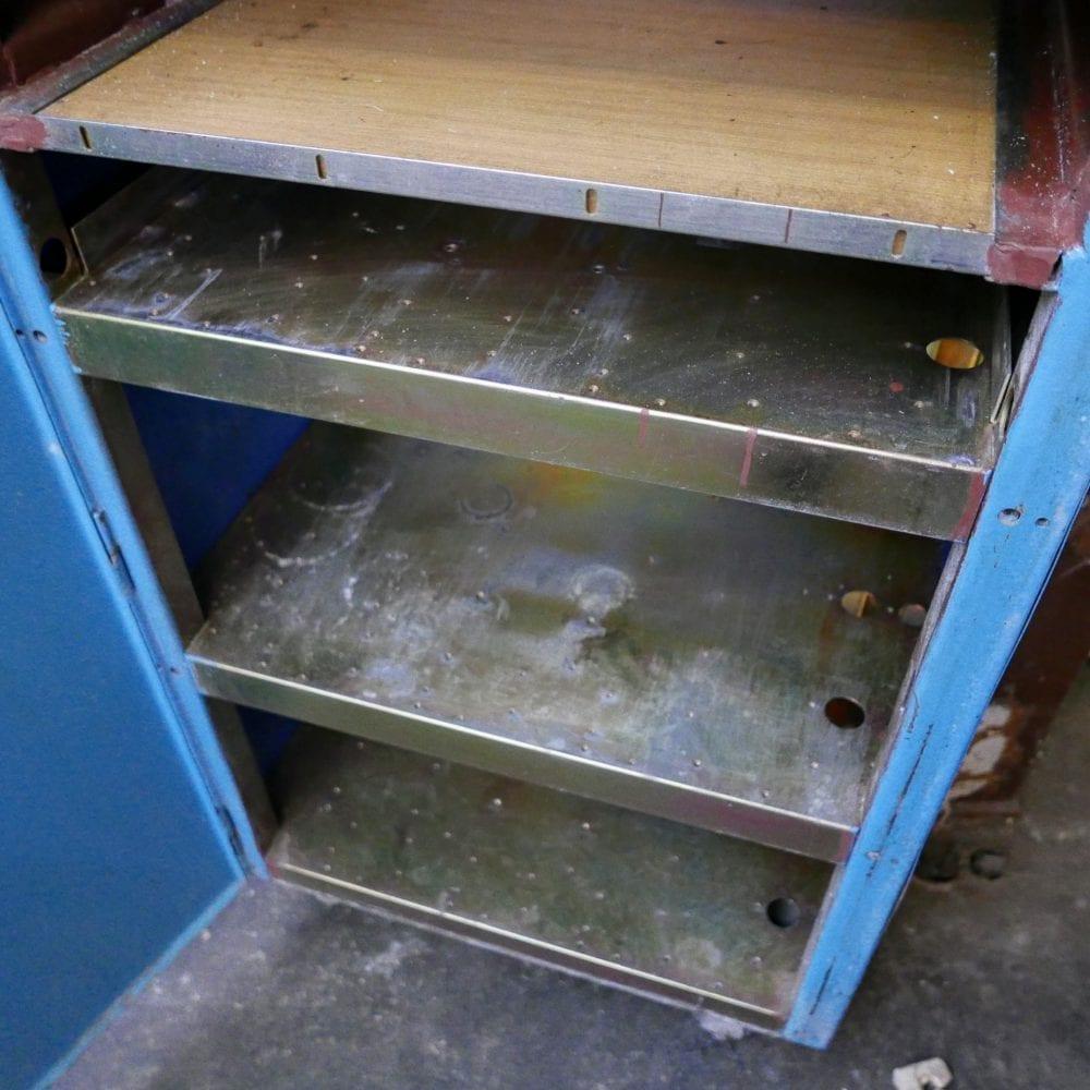 Metalen blauwe kast