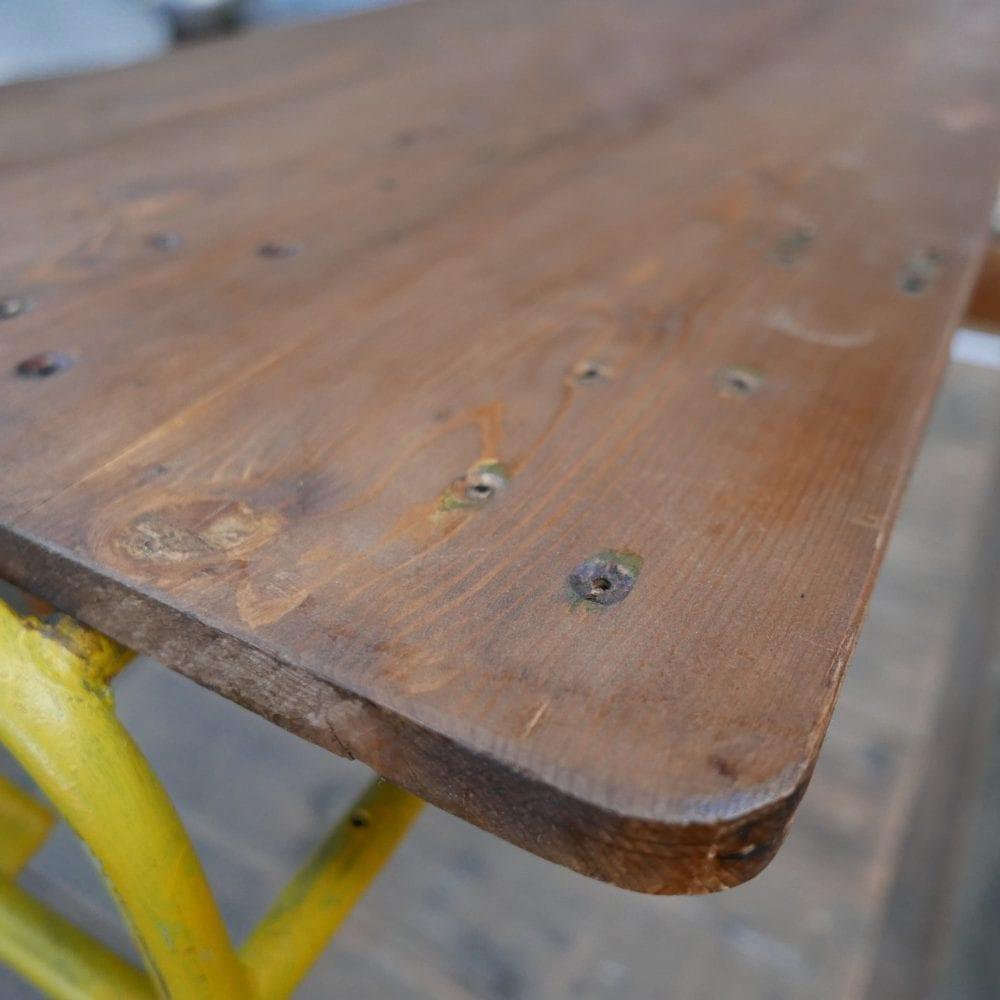 Metalen geel tafeltje
