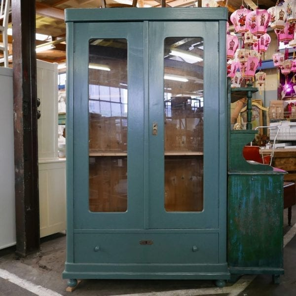 Groen-blauwe vitrinekast