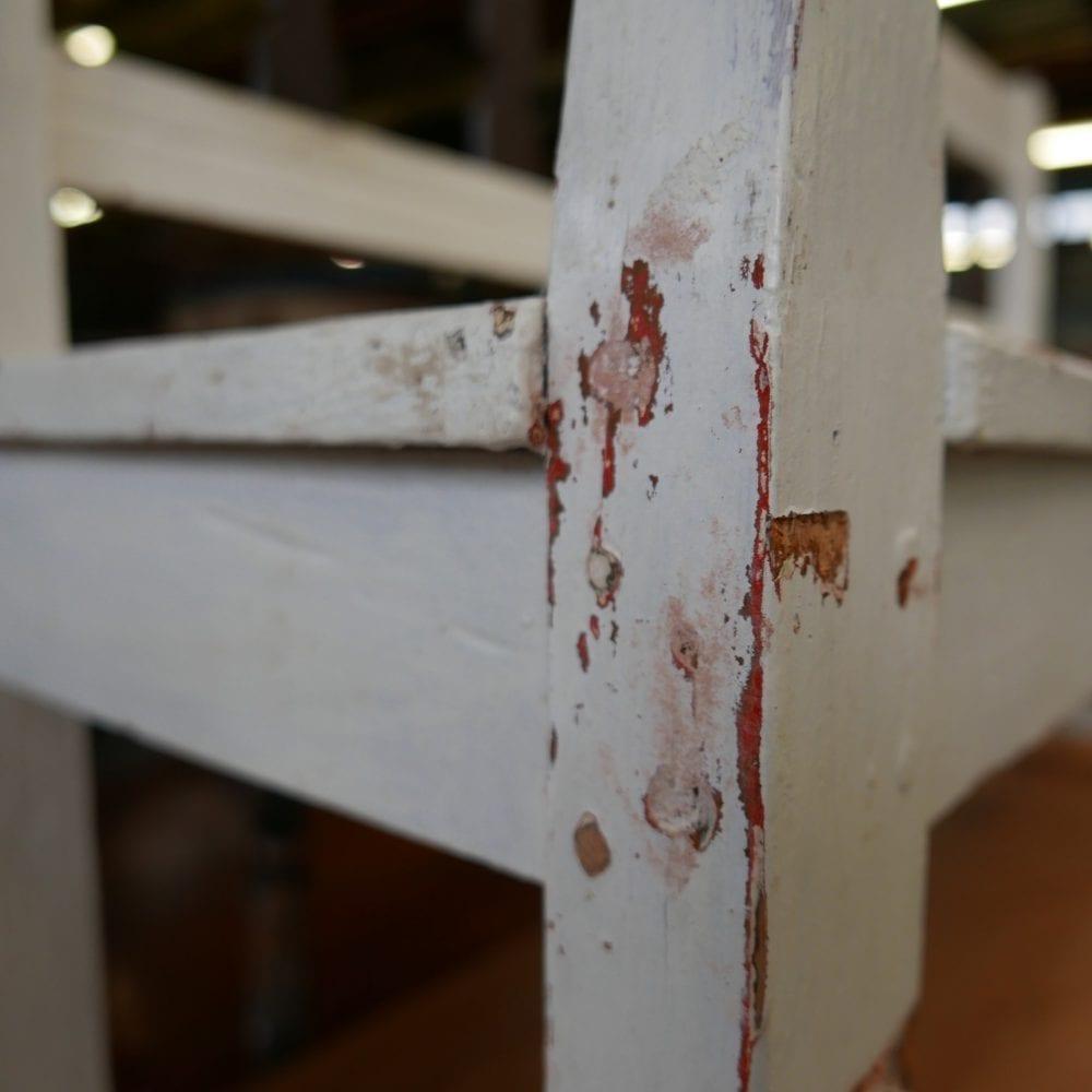 Zwart-witte houten bank