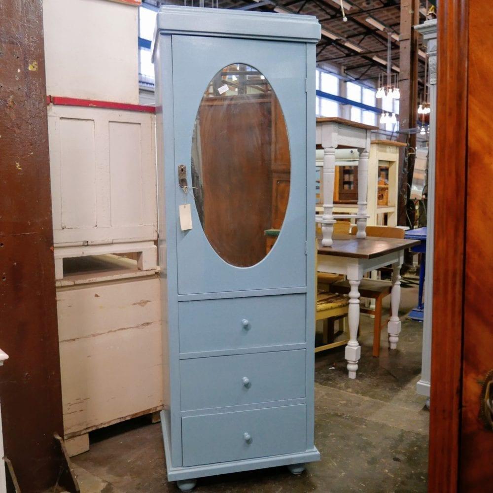 Blauwe houten spiegelkast