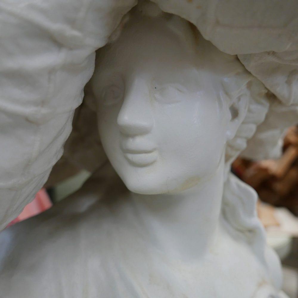 vrouw met kussen op hoofd