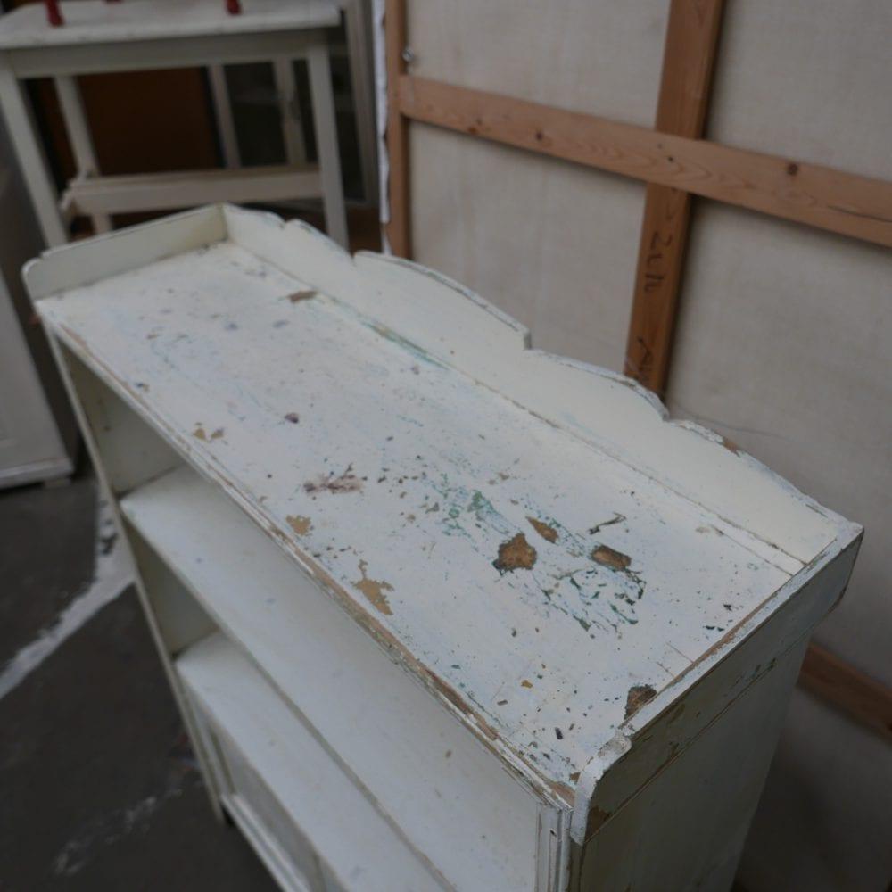 Wit houten boekenkastje