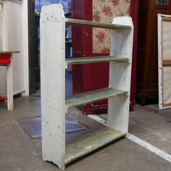 Wit met groene boekenkast