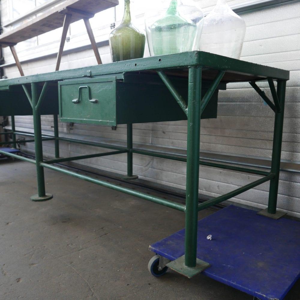 Groene metalen werktafel