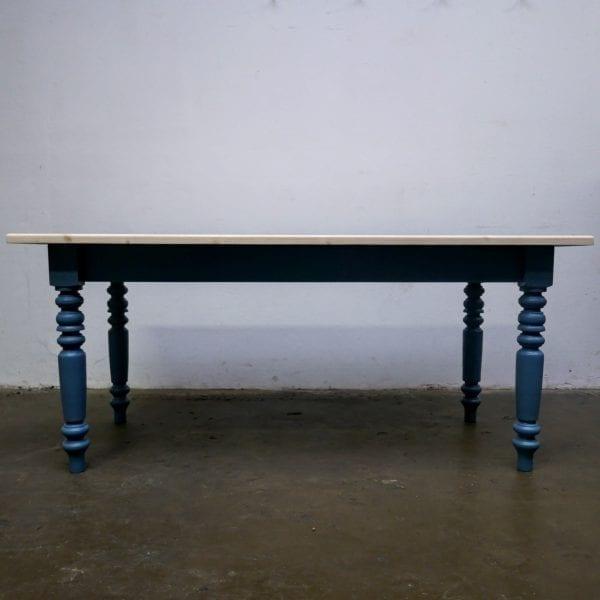 blauwe houten tafel