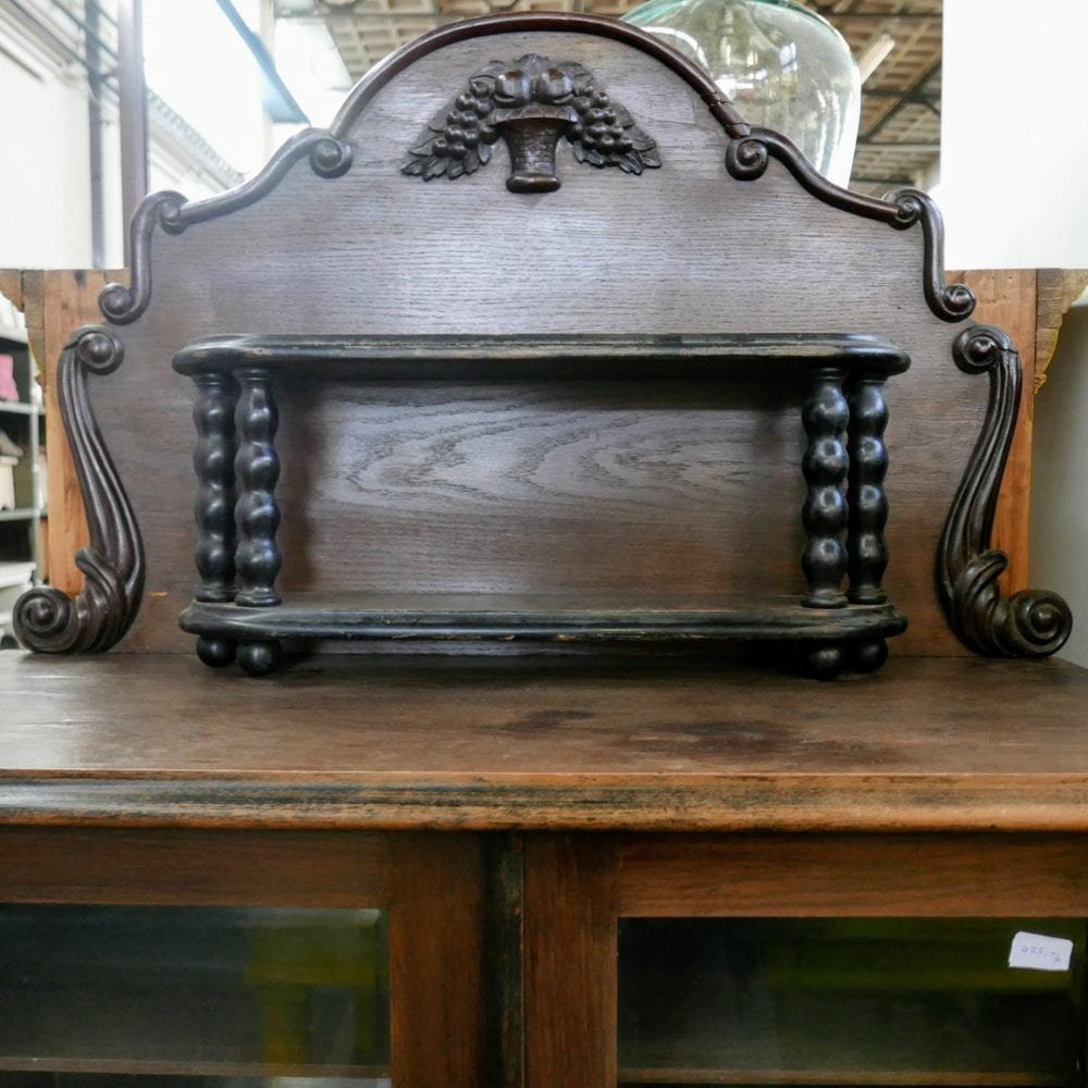 bruine antieke kast