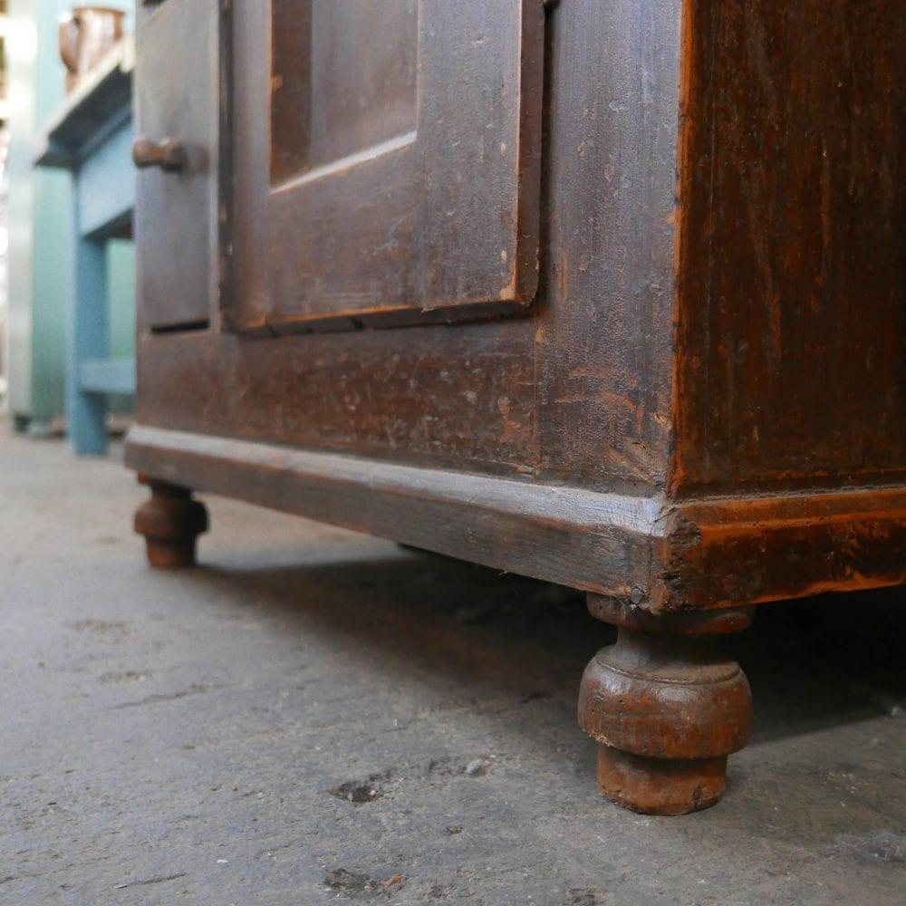 bruine houten broodkast