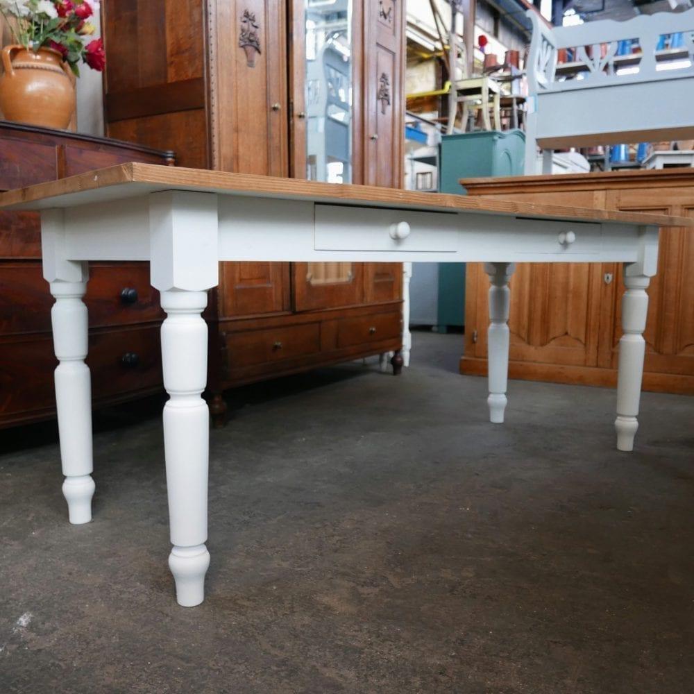 witte houten tafel