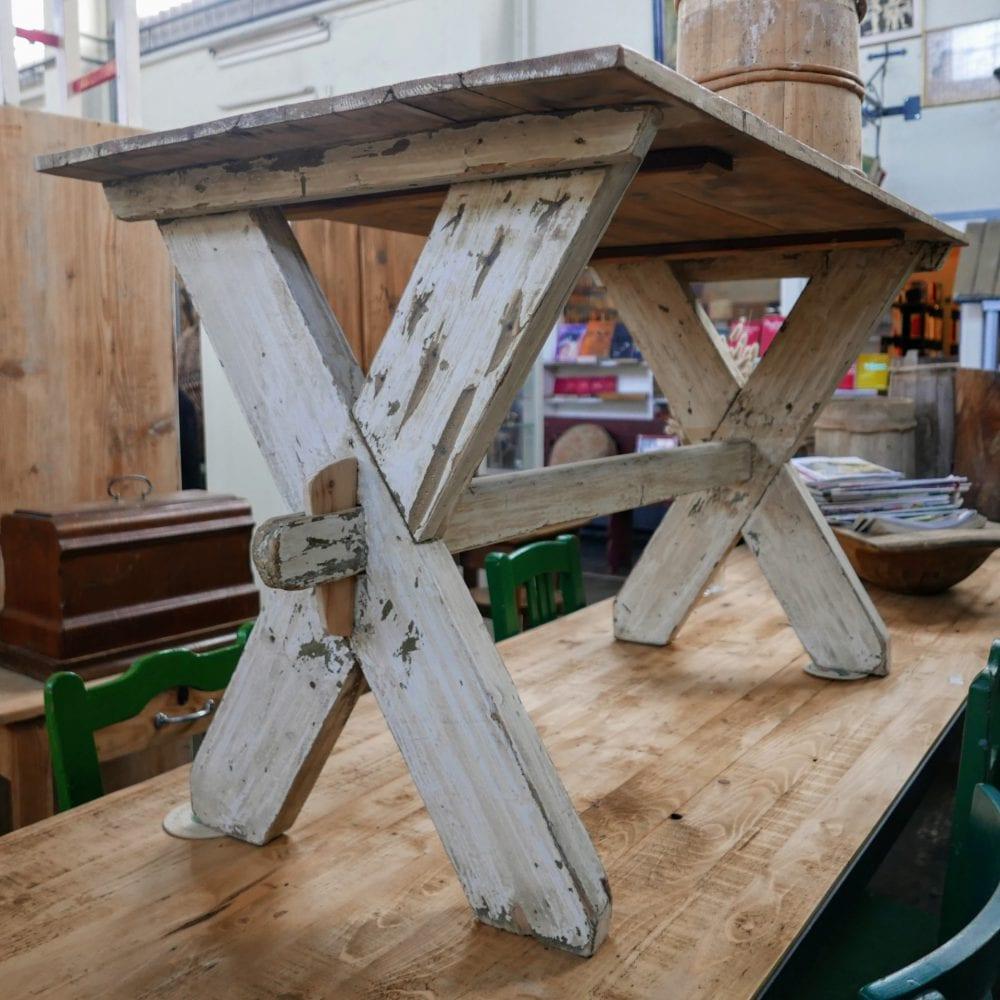 wit houten kruispoot tafel