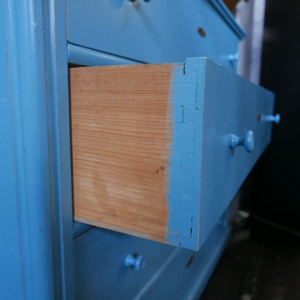 blauwe houten onderkast