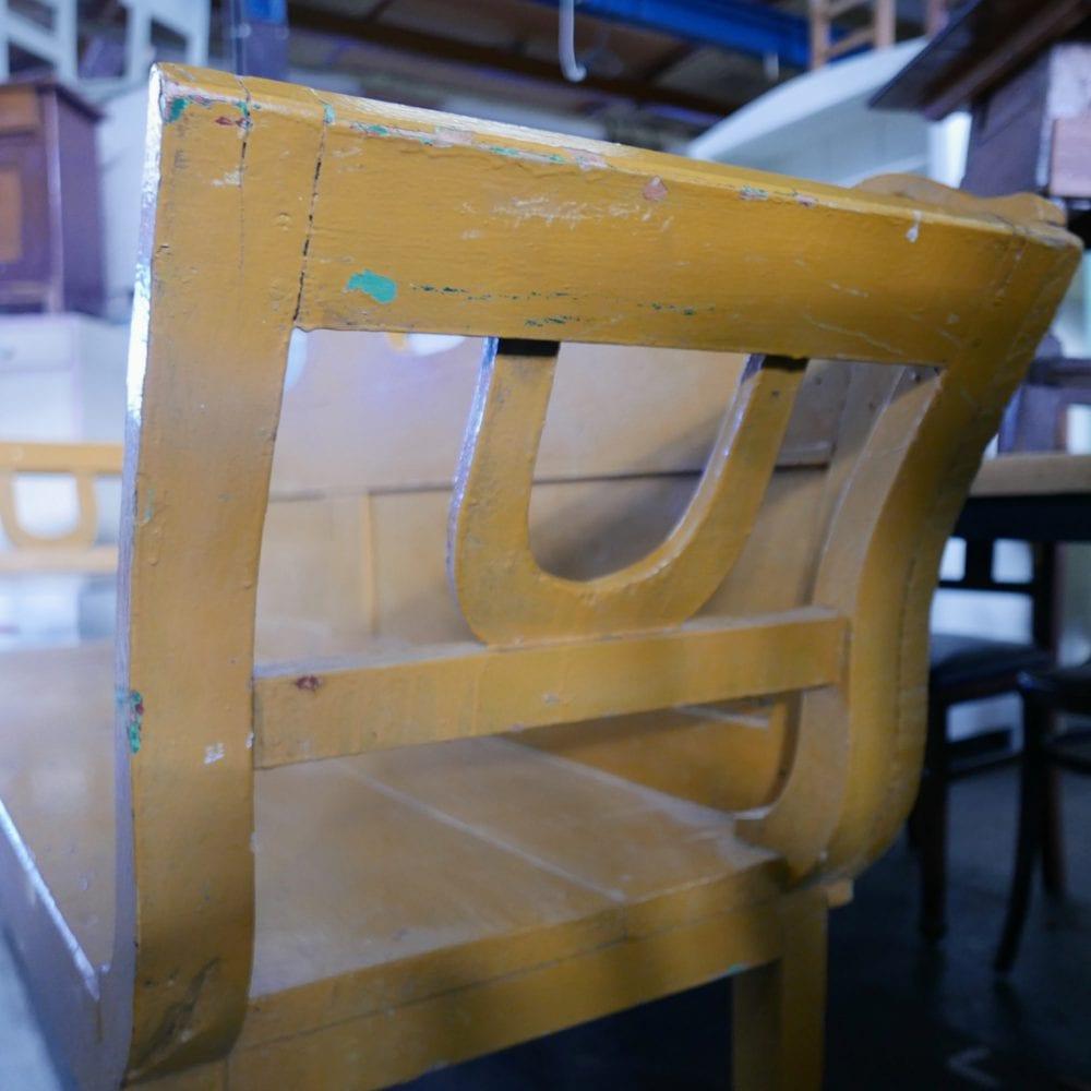 gele houten bank