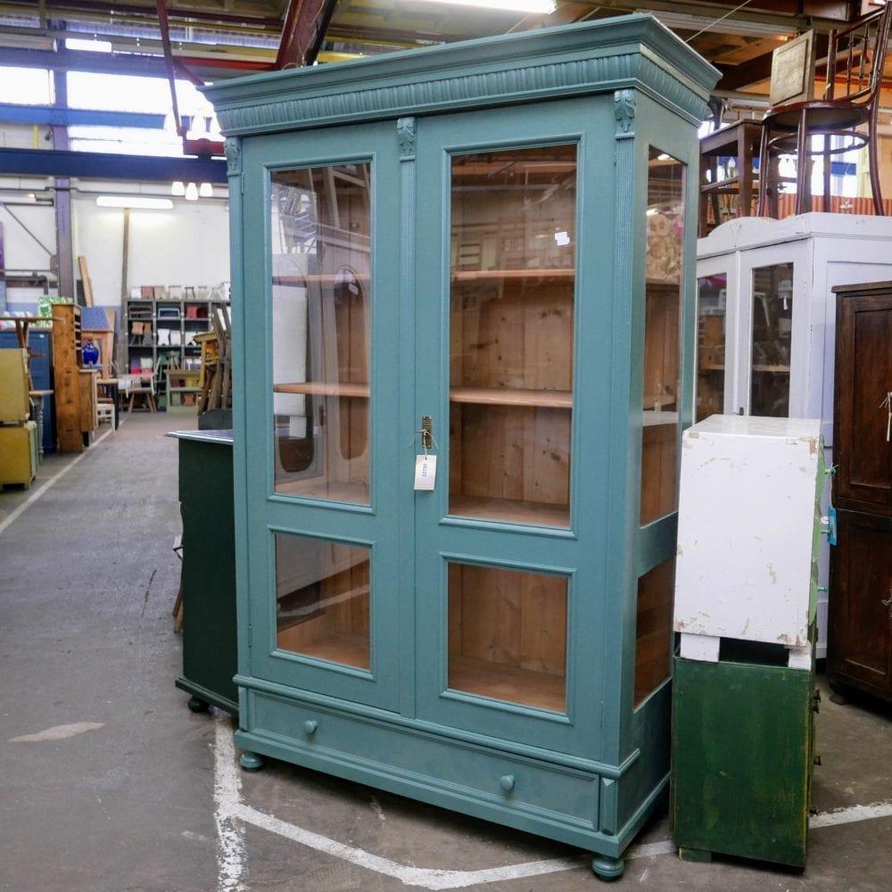 Blauwgroene vitrinekast