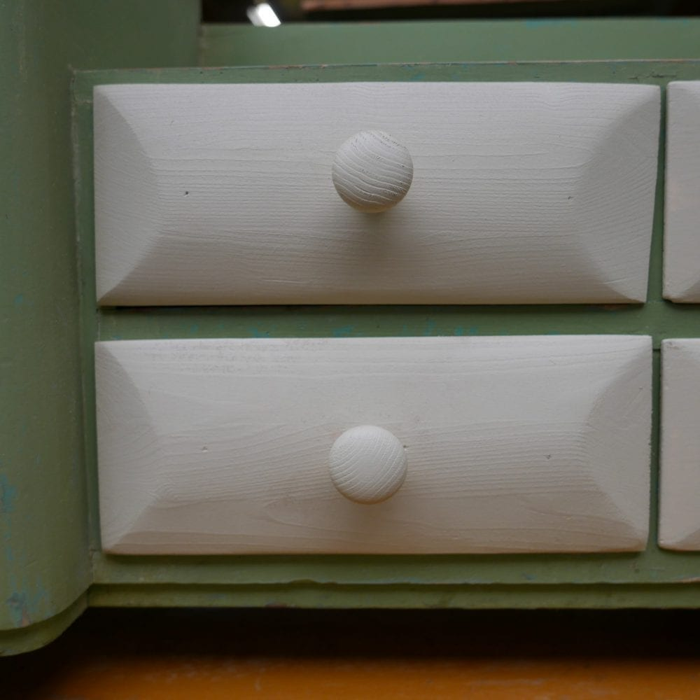 Laag wit-groen kastje