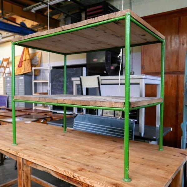 groen metalen tafel met onderblad