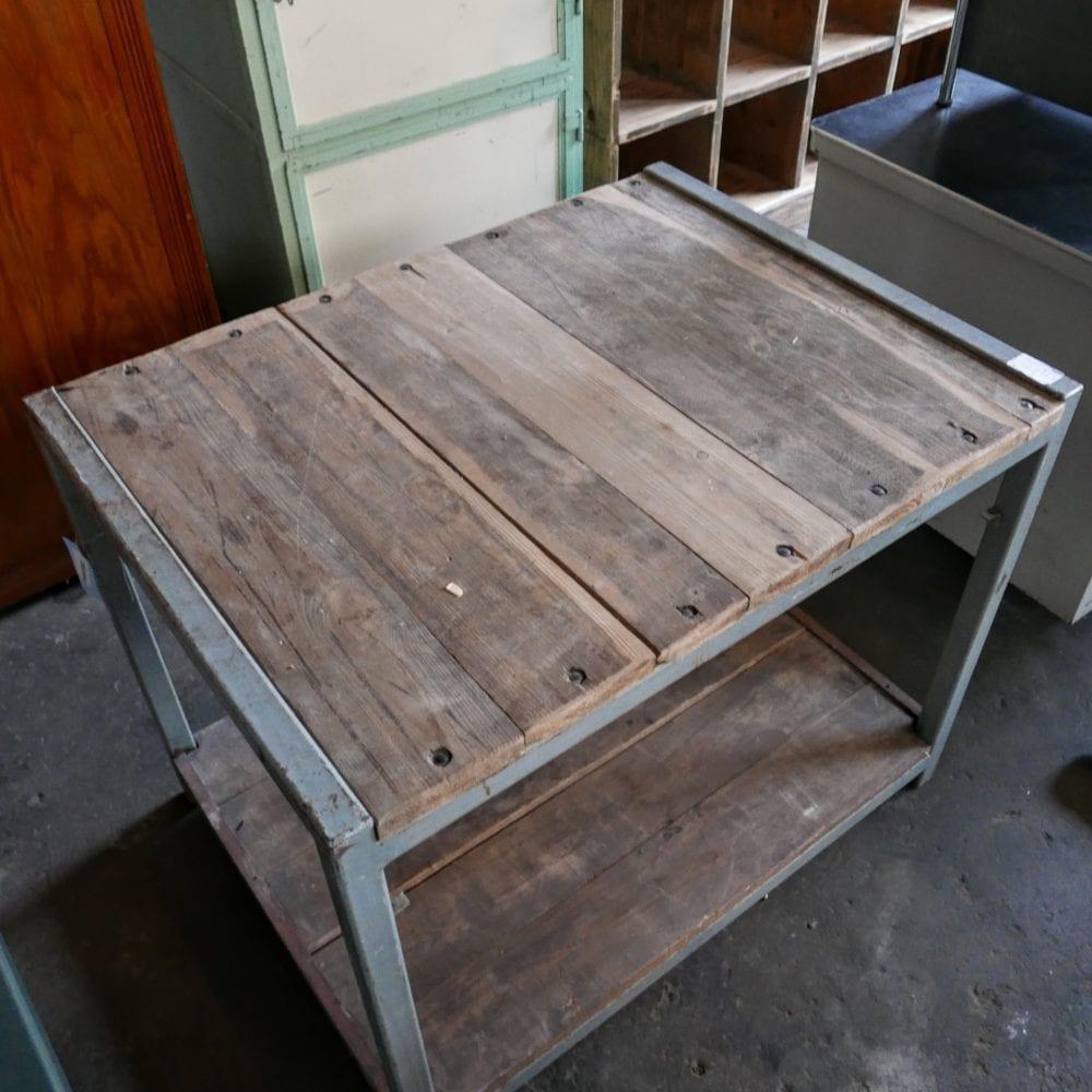 grijs metalen tafel met onderblad