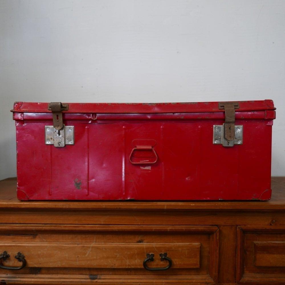 rode metalen kist