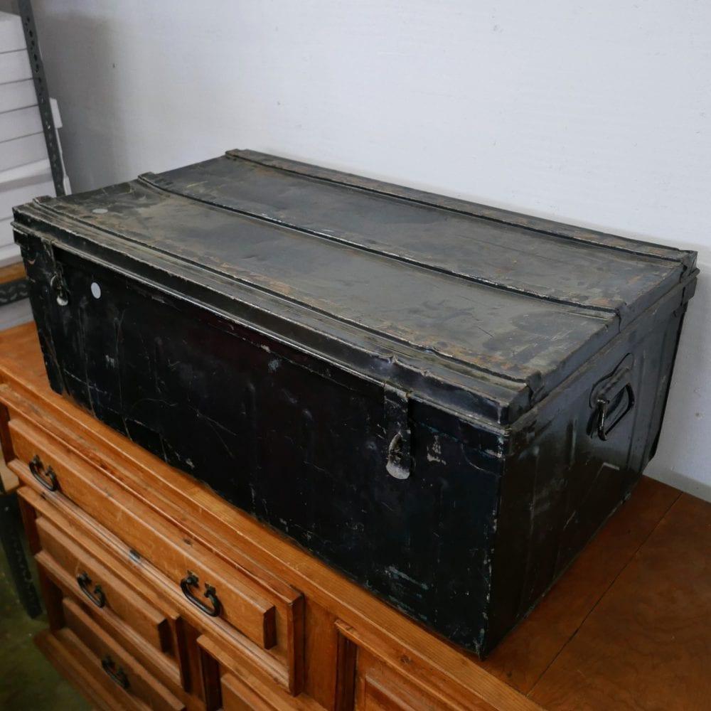 zwart metalen kist