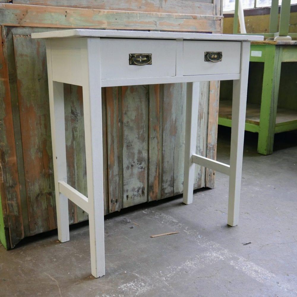 wit houten tafeltjes met lades