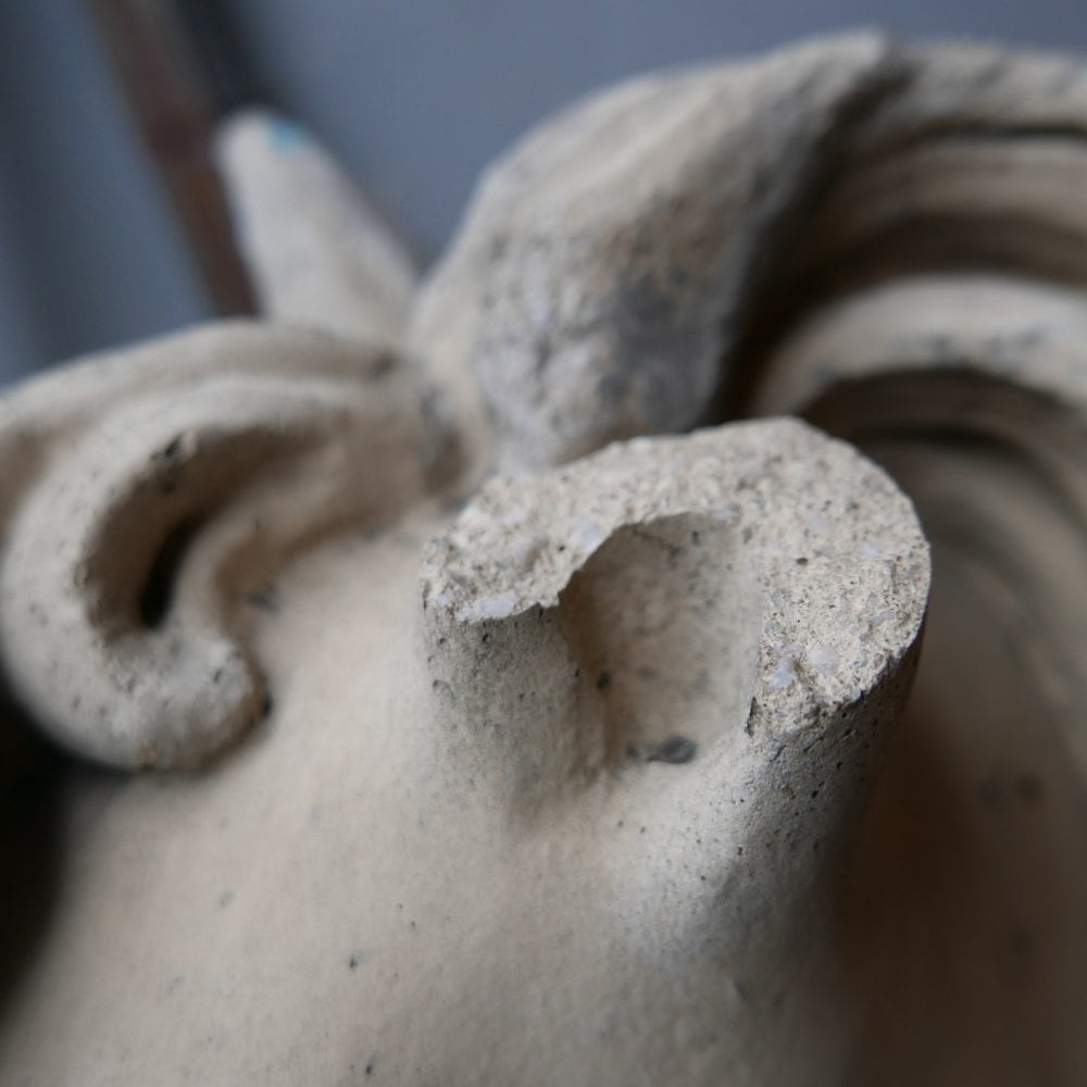 beeld paard beton