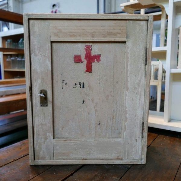 houten hangkastje met kruis