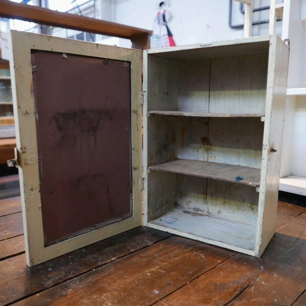 wit houten hangkastje met spiegel