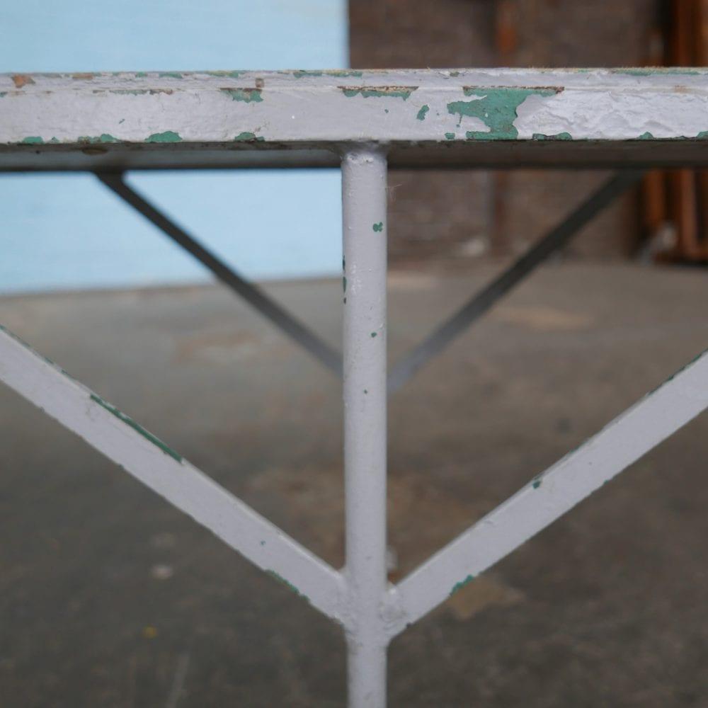 Grijs metalen en houten bank
