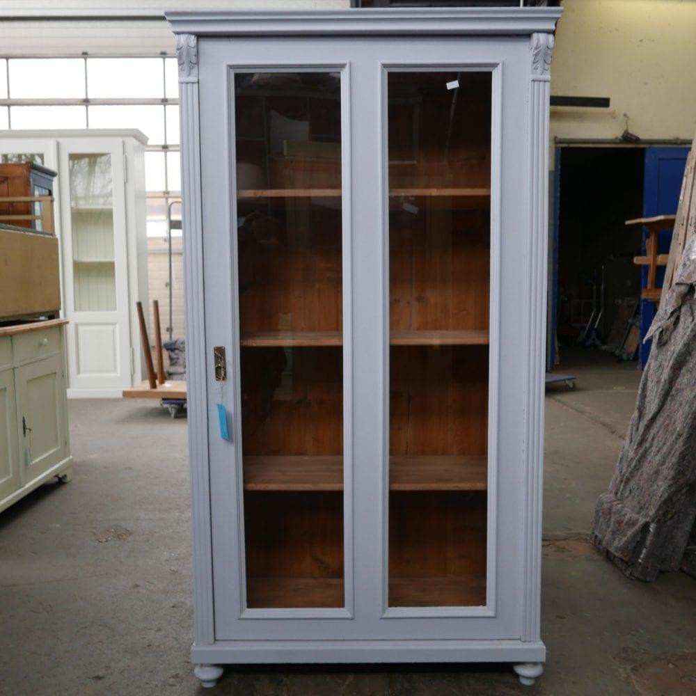 grijsblauwe vitrinekast