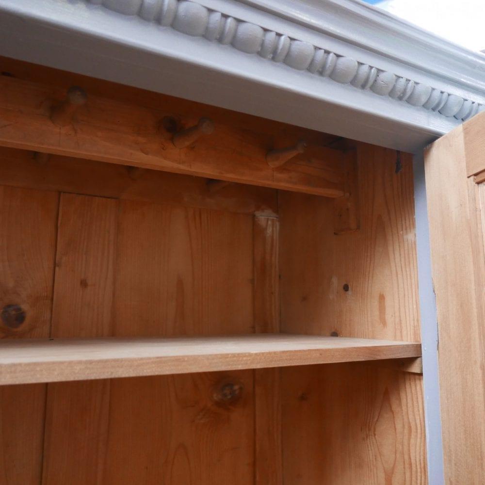 Grijze houten linnenkast