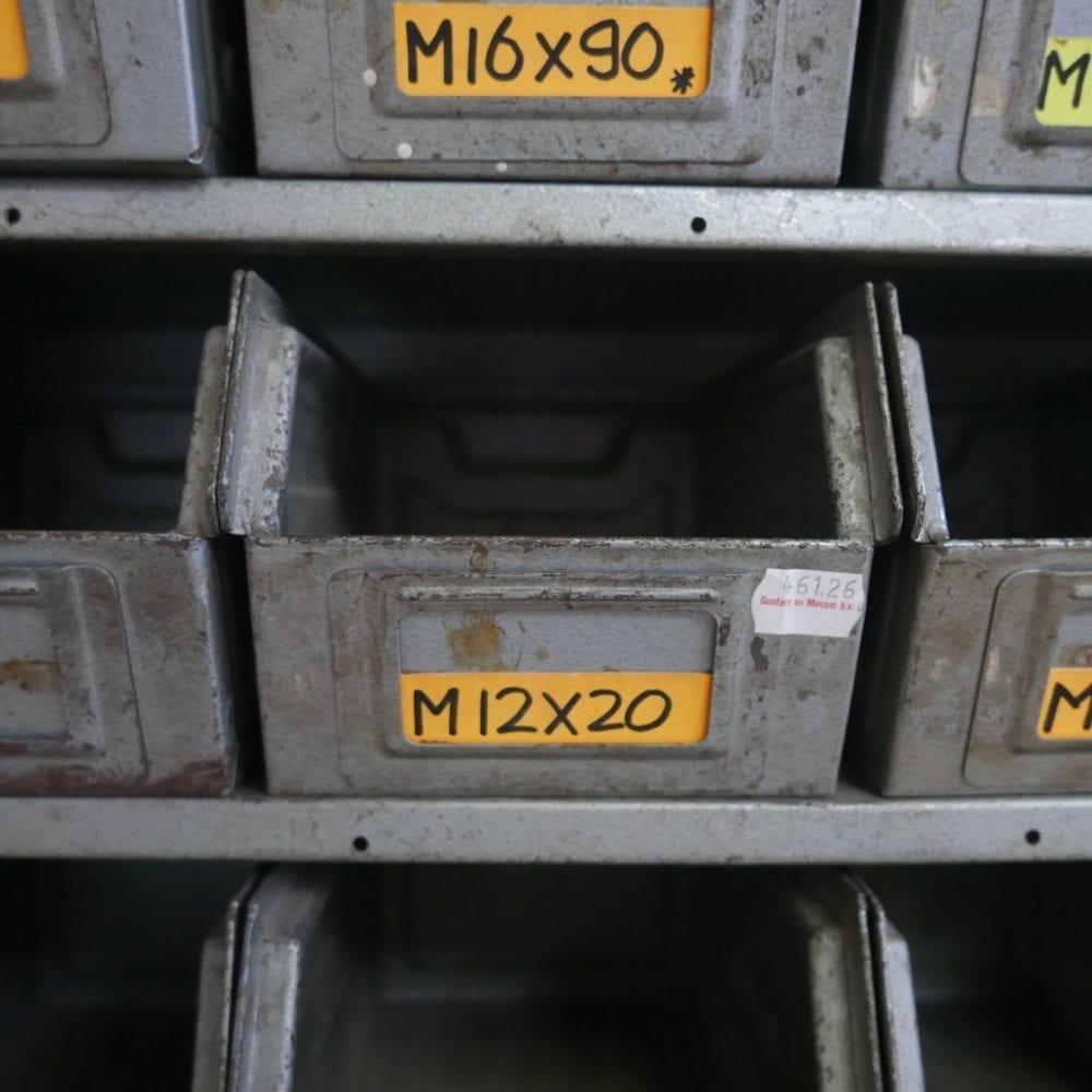 Metalen vakken kastje