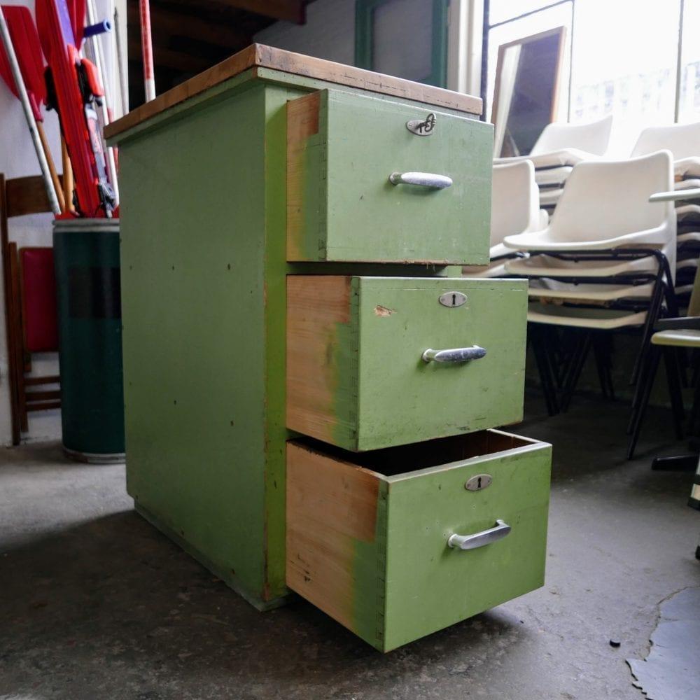 Groene houten ladekast