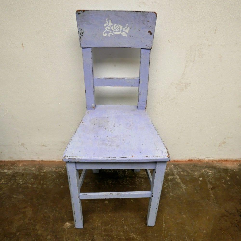 Blauwe houten stoel met roosje