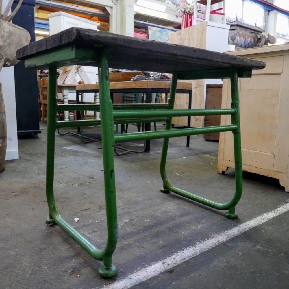 groen metalen tafeltje