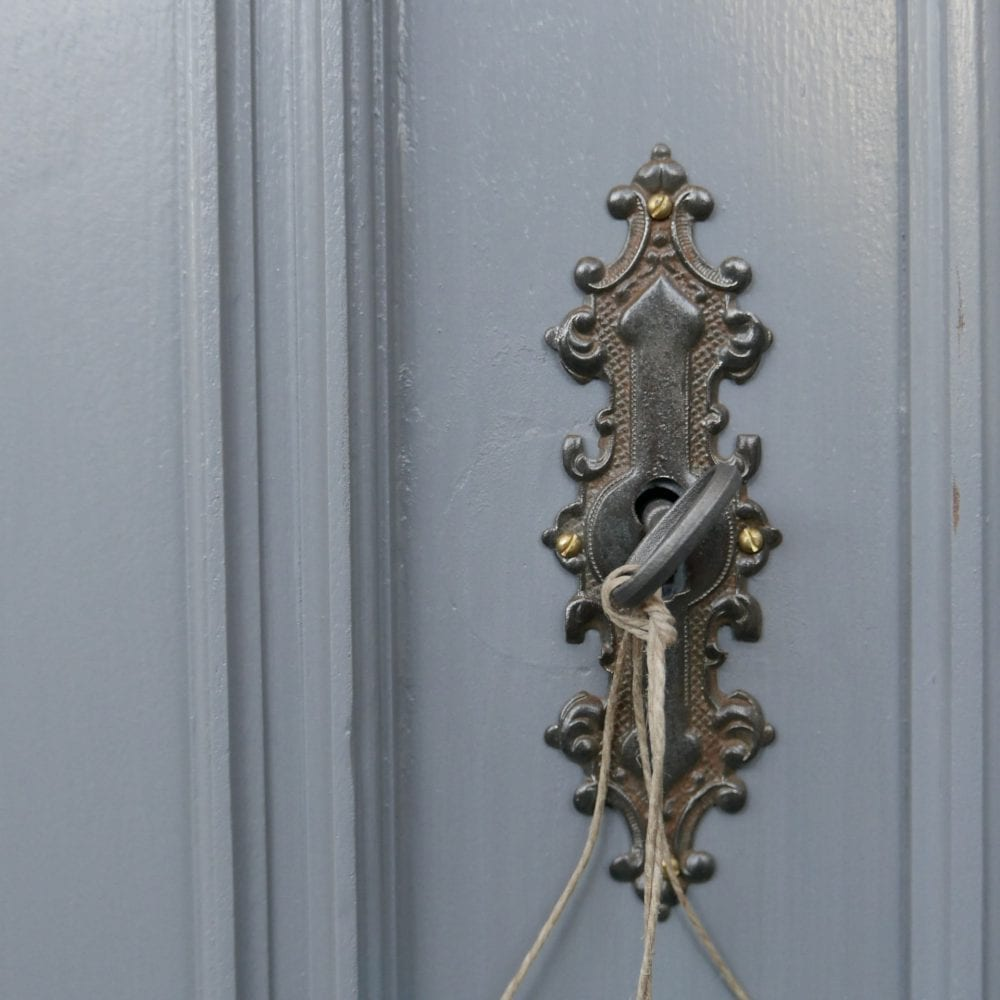Brocante grijze houten vitrinekast