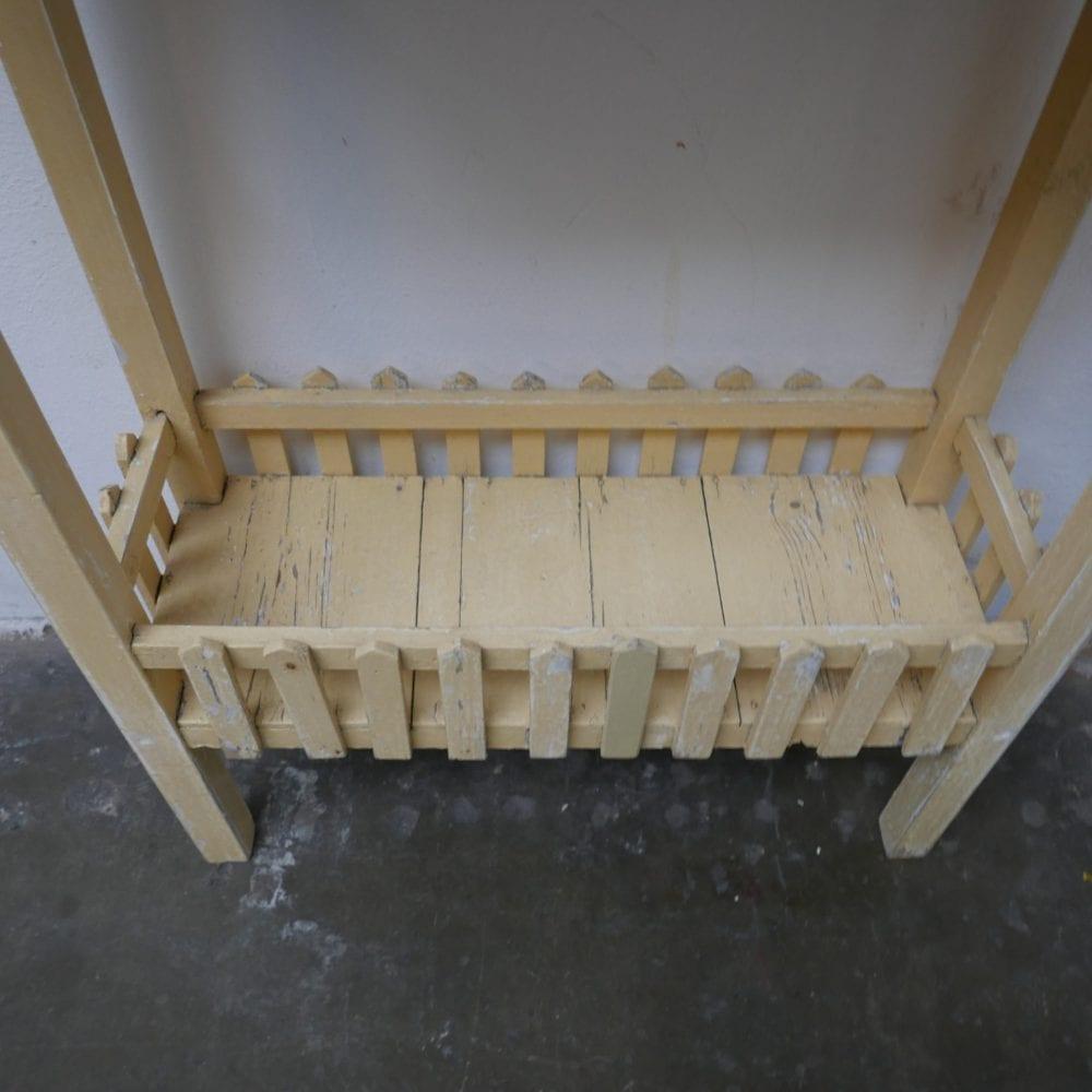 Geel houten tafeltje