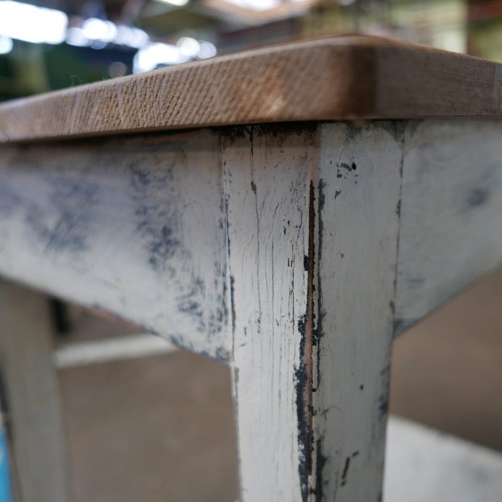 wit houten tafeltje