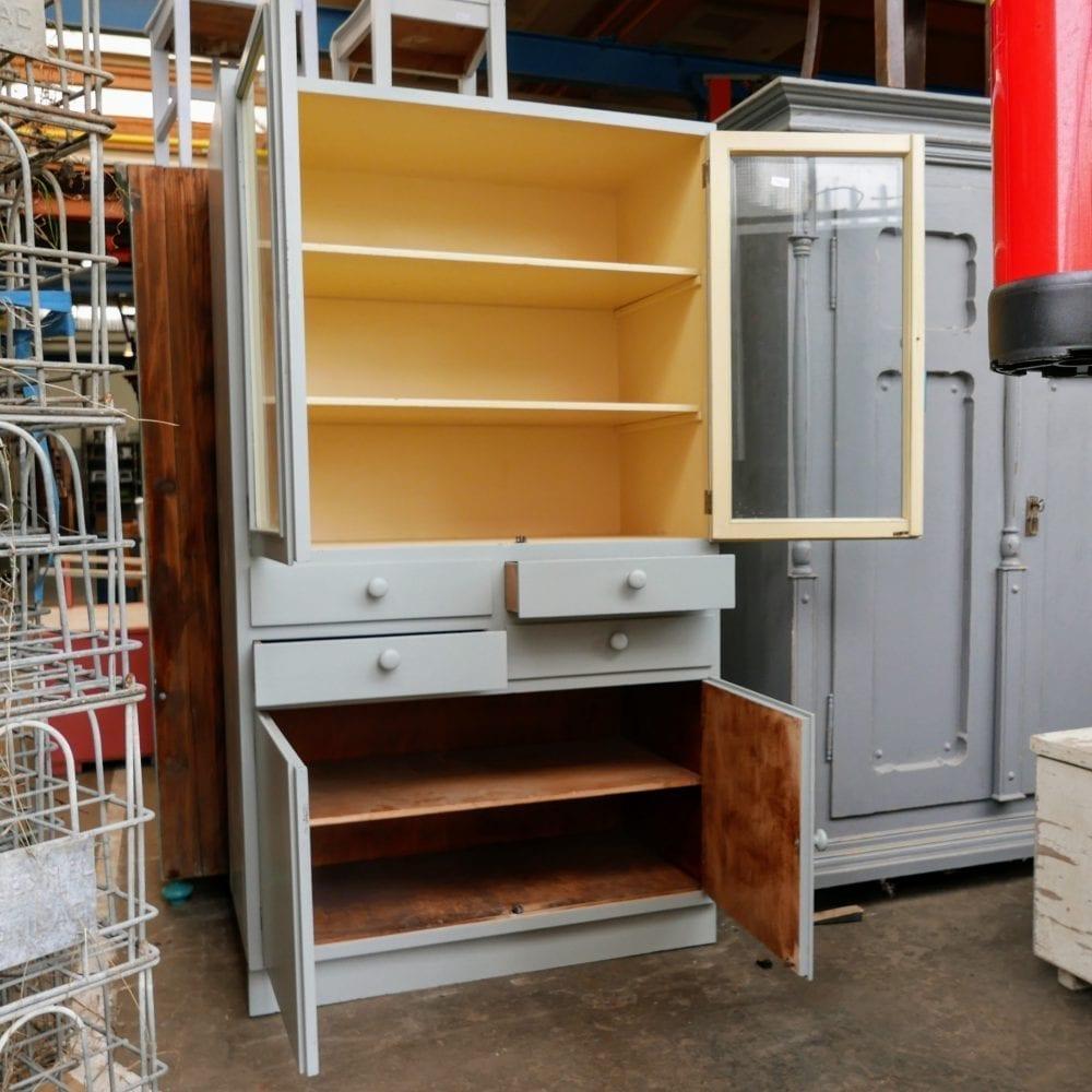 Grijze houten apothekerskast
