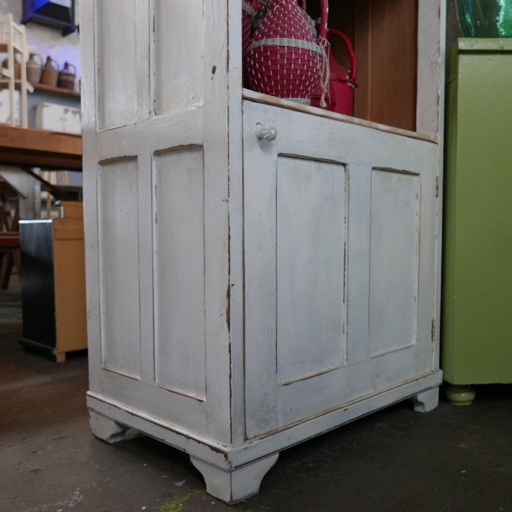 witte houten open kast