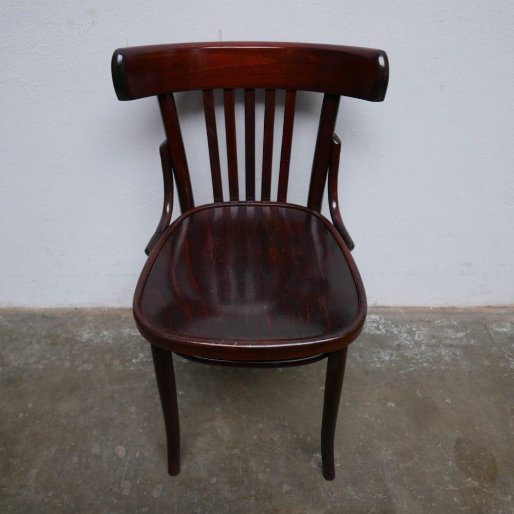 Donkere houten stoelen