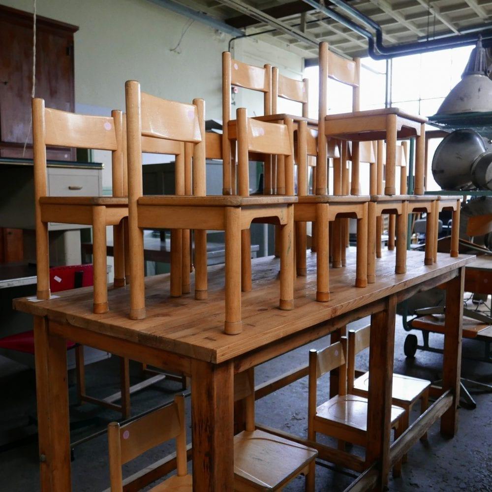 Blank houten kinderstoeltjes